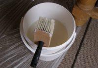 Клей для стеклохолста в небольшом ведре с кистью макловицей