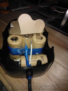 Заведённый в корпус аккумулятора провод от блока питания