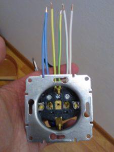 Провода в проходной розетке по цветам