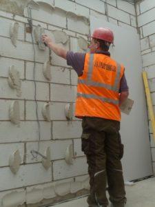 Нанесения гипсового монтажного клея на стену